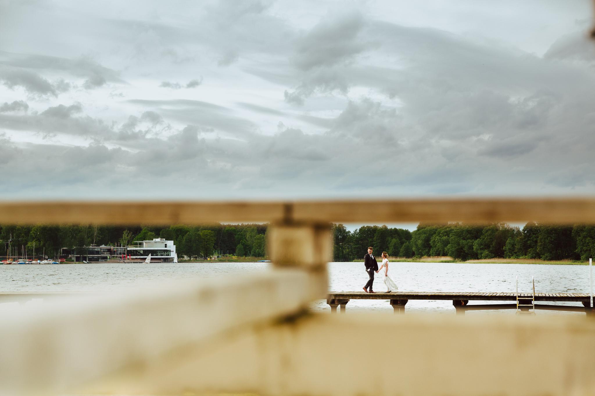 zdjęcie na molo w olsztynie podczas pleneru ślubnego