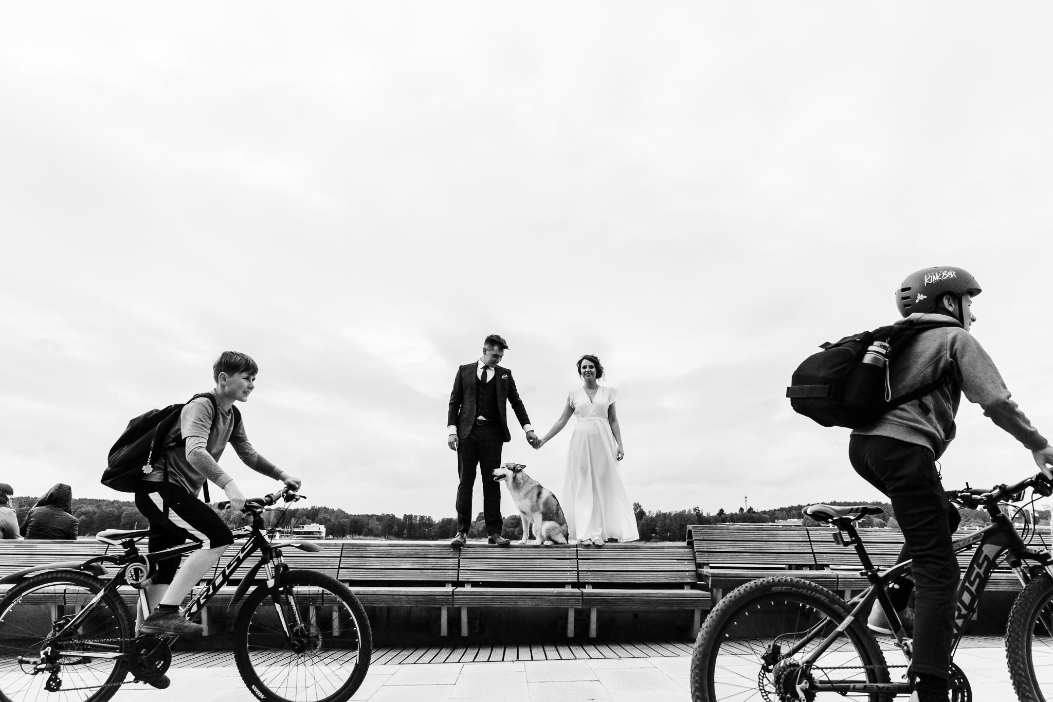 plener to nie tylko ustawiane zdjęcia - to również reportaż na sesji ślubnej