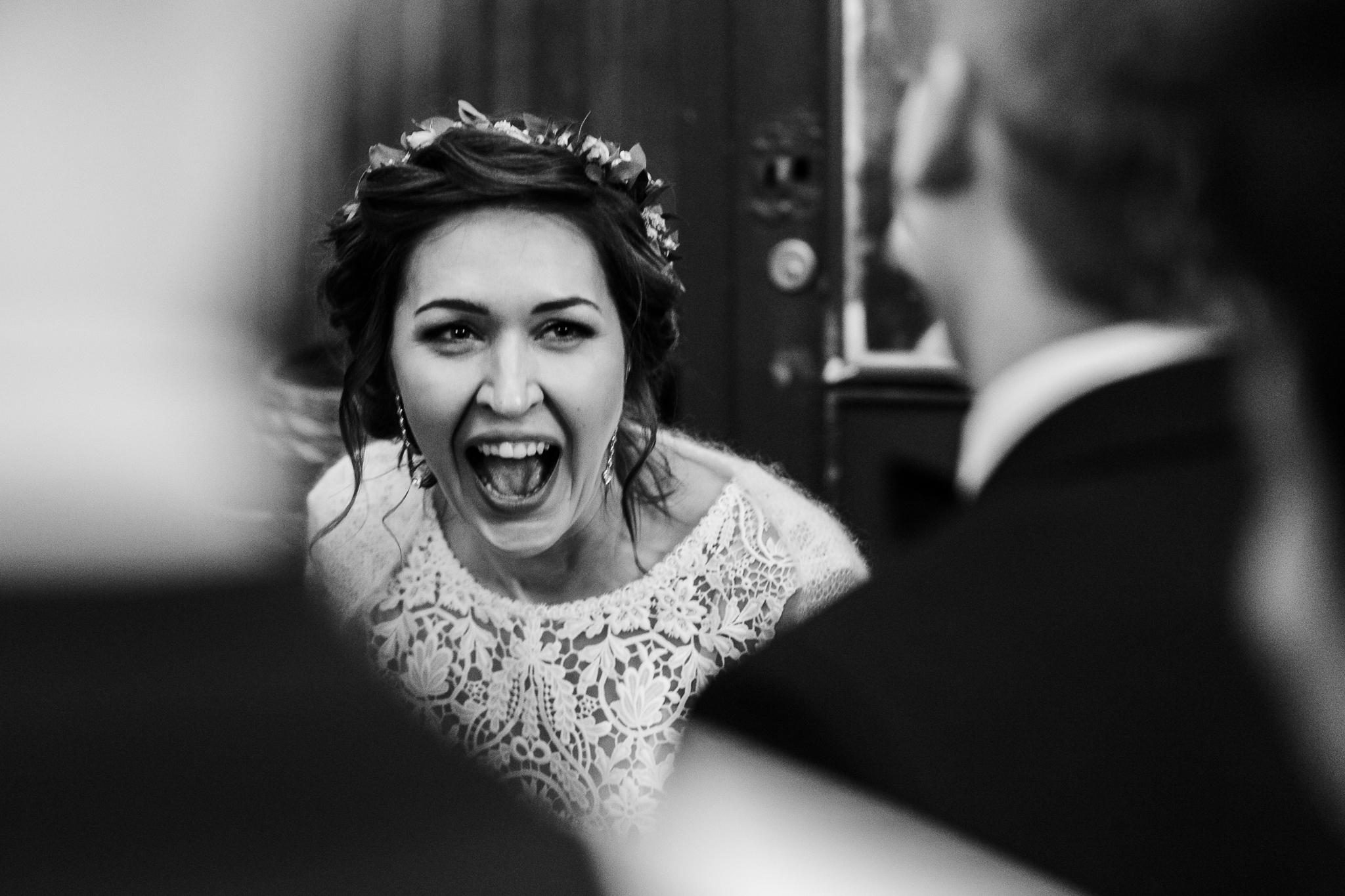 dobry fotograf ślubny śledzi emocje